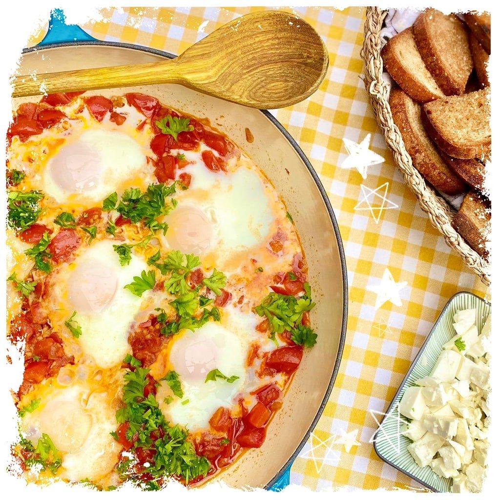 Shakshuka Tomatenpfanne mit pochierten Eiern intl