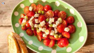 Tomaten Mozzarella Salat mit Frühlingszwiebeln