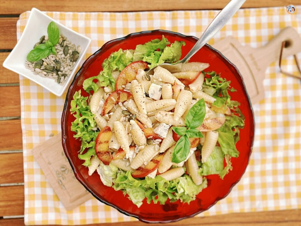 Sommerlicher Salat mit Nudeln und Nektarinen